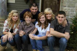 Familie met Swap zit voor het huis