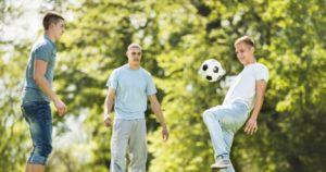 Jongens voetballen tijdens een uitwisseling - garçons jouent au foot pendant un échange