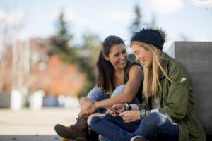 Twee vriendinnen aan het praten tijdens een uitwisseling - deux amies bavardent pendant un échange linguistique