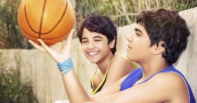 twee tieners op uitwisseling spelen basket - deux ados jouent au basket pendant leur échange