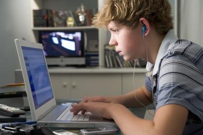 jongens schrijft zich in voor Swap-Swap om aan een taaluitwisseling mee te doen - garçon s'inscrit sur Swap-Swap pour participer à un échange linguistique