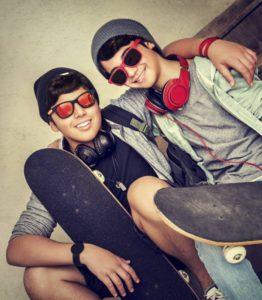 Twee vrienden met een scateboard - deux amis contents