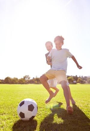 twee jongens spelen samen voetbal - deux garçons jouent au foot