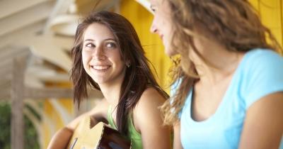 twee vriendinnen spelen gitaar - deux amies jouent à la guitare